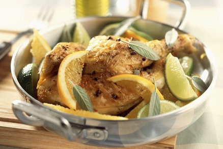 Aromatic chicken with limes and oranges